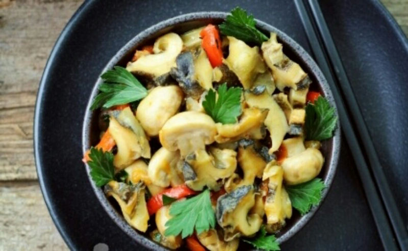Изумительный салат из рапанов и овощей