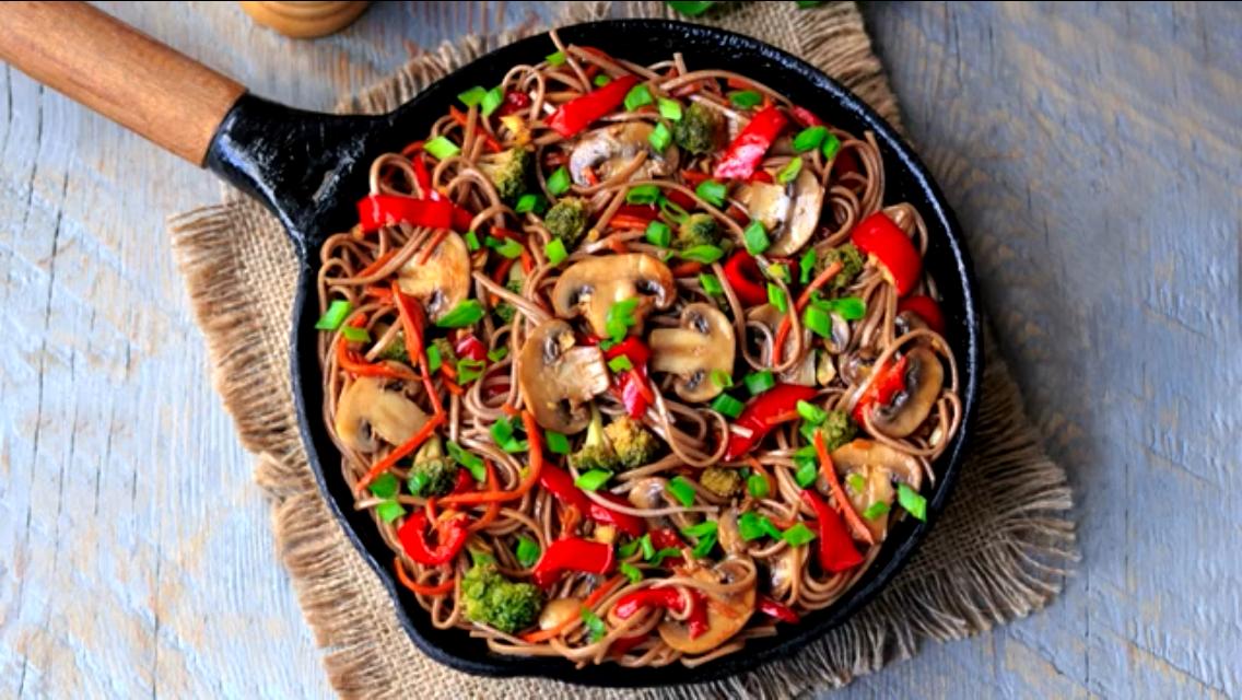 Очень аппетитная гречневая лапша с овощами