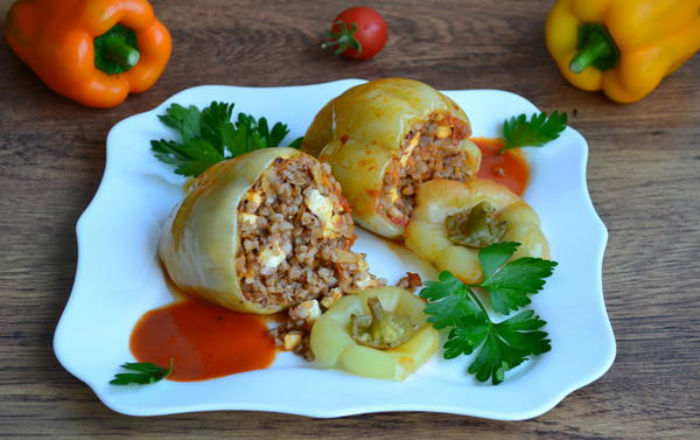 Постное блюдо: перцы, фаршированные гречкой