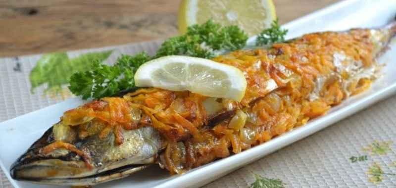 Изумительное блюдо к ужину: скумбрия, запеченная с морковью в фольге