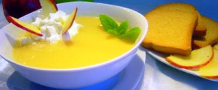 Ароматный яблочный суп с медом и сухарями