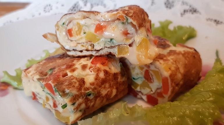 Омлет с овощами в виде роллов: быстрый завтрак