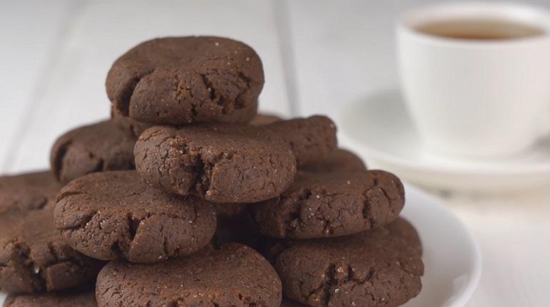 Шоколадное печенье к чаю за 10 минут: покорит простотой и вкусом