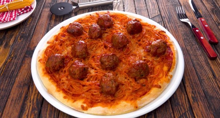 Самый оригинальный рецепт пиццы: со спагетти и фрикадельками