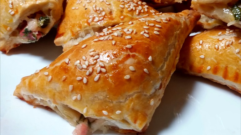 Вкусняшка для перекуса за 15 минут: слойки с колбасой и сыром