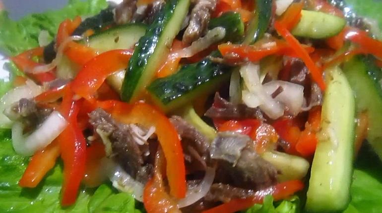 Салат с овощами и мясом: первым сметут со стола