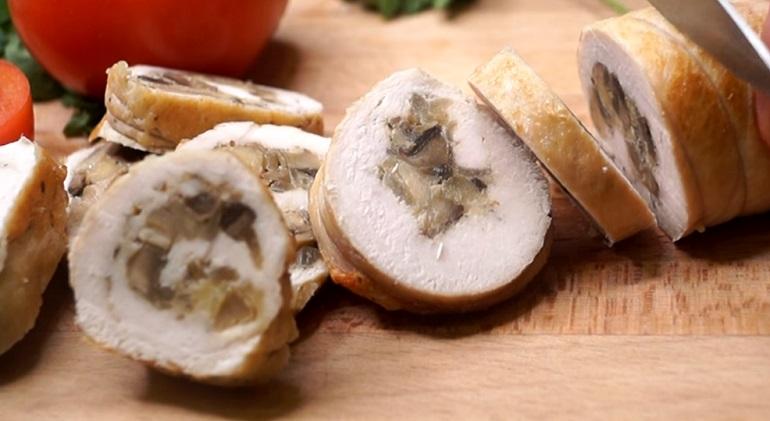 Куриный рулет с грибами и сыром: супер нарезка за 20 минут