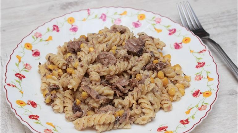 Очень быстрый и вкусный ужин: паста с тунцом и кукурузой в сливочном соусе