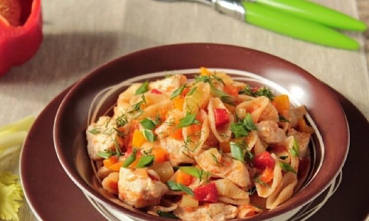 Замечательное блюдо на каждый день: макароны с курицей и овощами