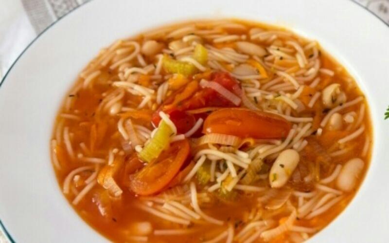 Аппетитный овощной суп с макаронами и фасолью