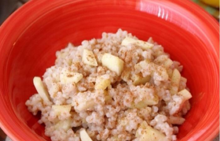 Вкусная пшеничная каша с яблоками