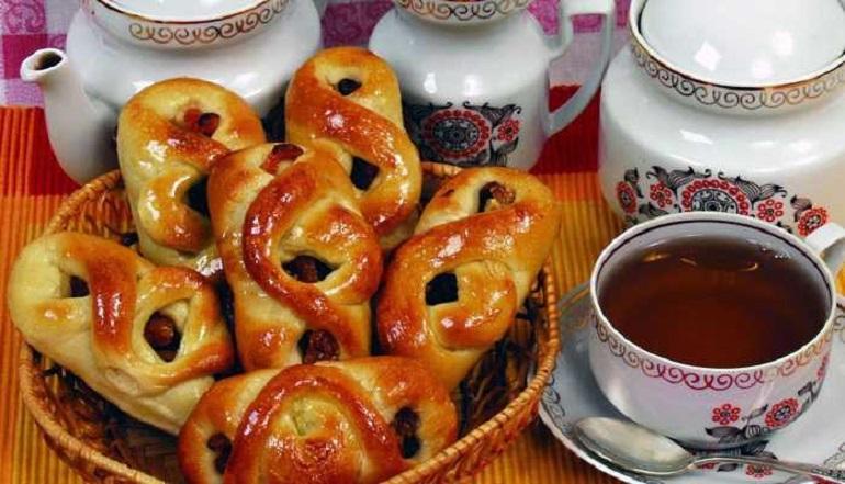 Вкусные дрожжевые булочки с сухофруктами