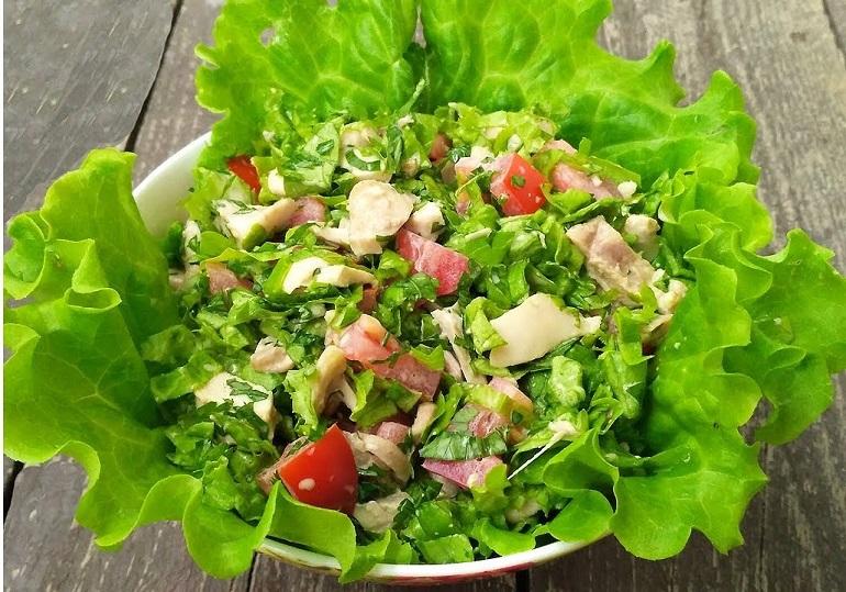 Зеленый салат с курицей: легкое диетическое блюдо