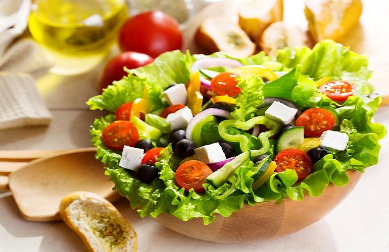 Шикарный «Греческий» салат с курицей и сухариками