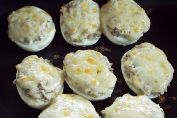 Очень вкусная горячая закуска из яиц, грибов и сыра