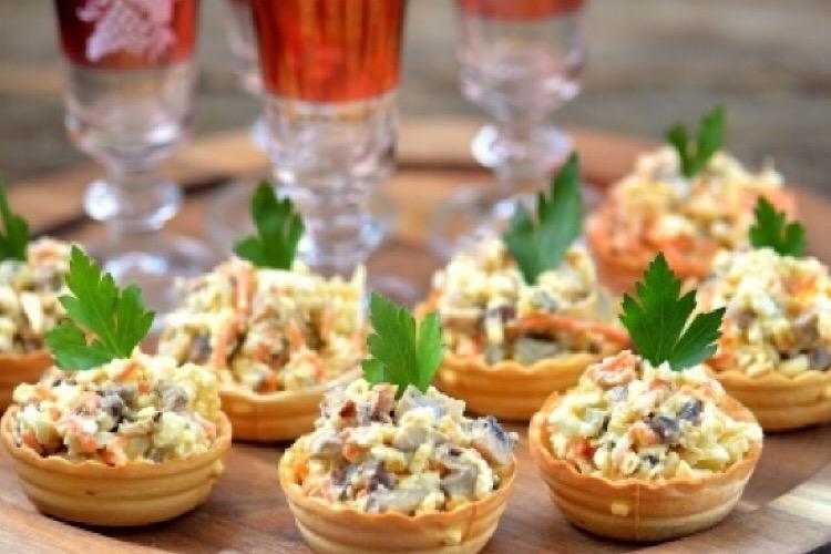 Вкуснейшая закуска к любому столу: салат с грибами и корейской морковью в тарталетках