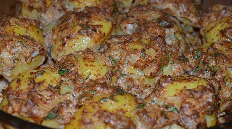 Запеченный картофель с луком и грибным ароматом: самое простое блюдо