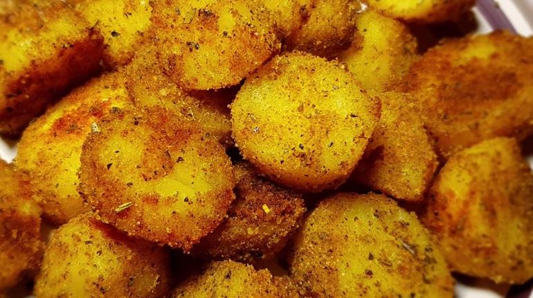 Ароматный хрустящий картофель в духовке: быстрый рецепт