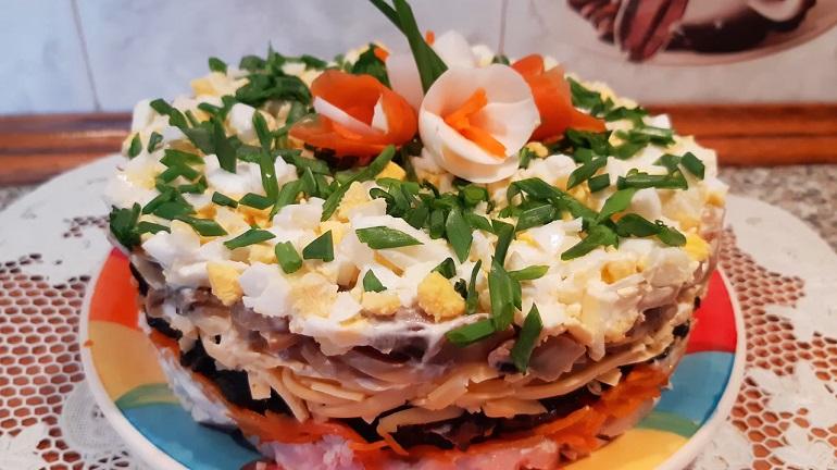 Супер вкусный салат «Вдохновение» с курицей и черносливом