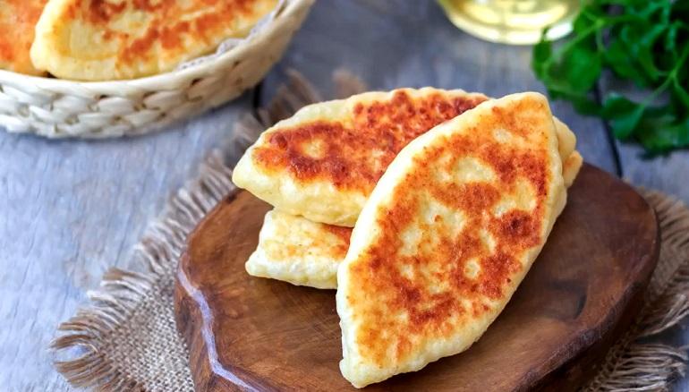 Сытные жареные пирожки из творожного теста: с начинкой из брынзы и зелени