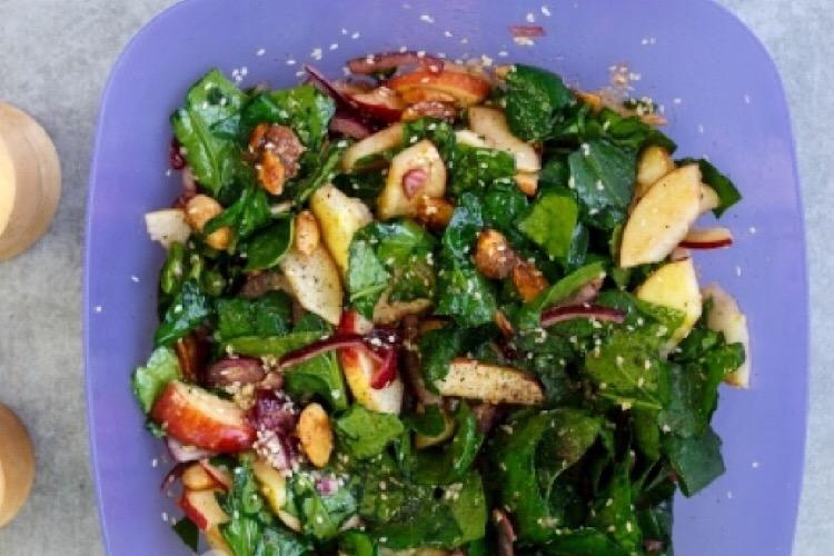 Сочный и пикантный салат для любителей шпината