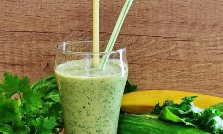 Полезный зелёный коктейль на йогурте