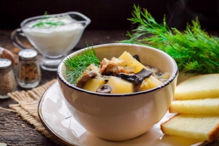 Очень аппетитный картофельный суп с беконом