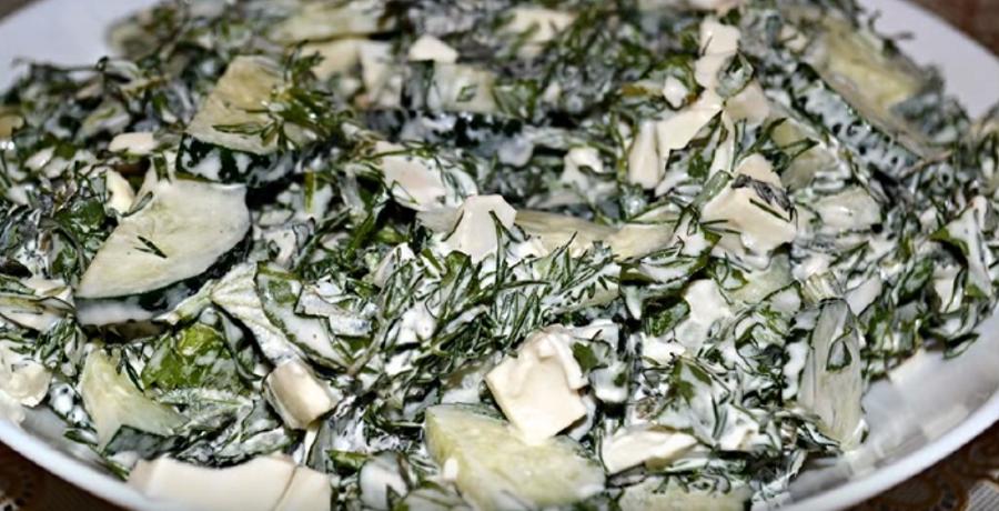 Витаминный салат с листьями крапивы и одуванчика