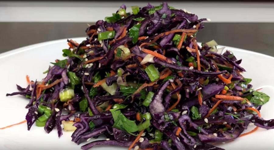 Очень простой, но такой вкусный салат, который порадует вашу семью