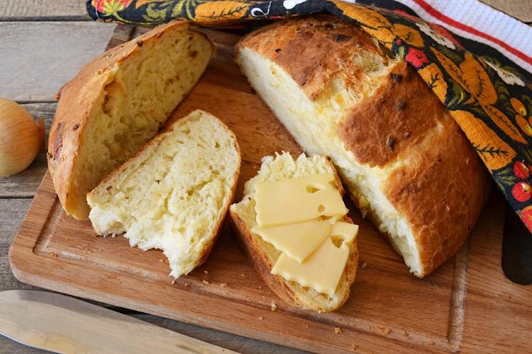 Потрясающе вкусный луковый хлеб с сыром