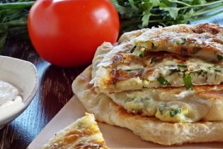 Восхитительные лепешки с начинкой из яйца, сыра и зелени