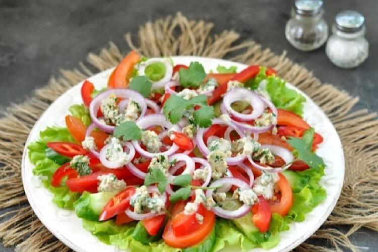Потрясающе вкусный грузинский салат с ореховой заправкой