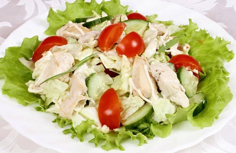 Любимый салат с копченой курицей и овощами: та еще вкуснятина
