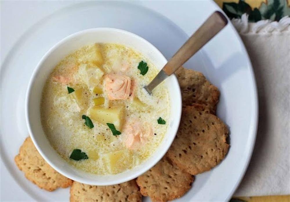 Сытный обед: рыбный суп с сыром