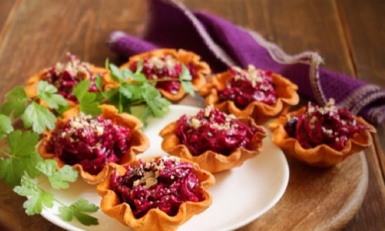 Красивая закуска - салат из свеклы и чернослива в тарталетках