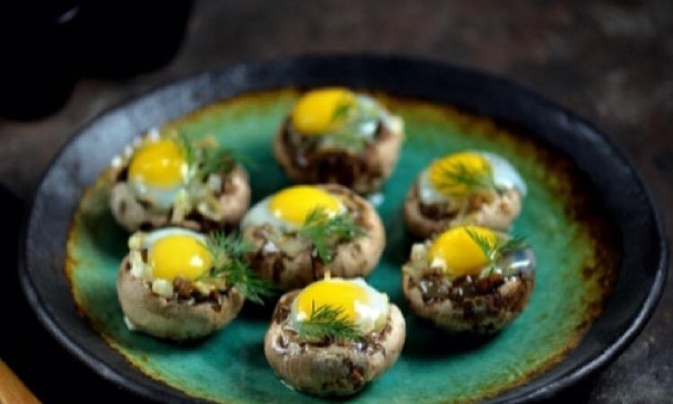 Красивая закуска к любому столу: шампиньоны с перепелиными яйцами