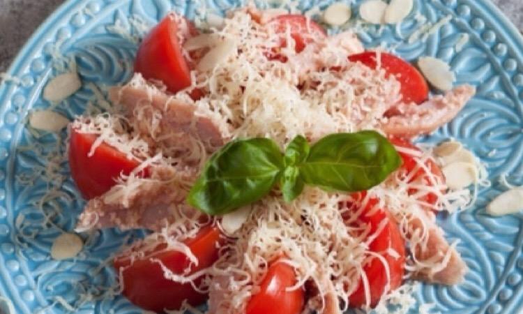 Изумительный салатик с миндалем и курицей
