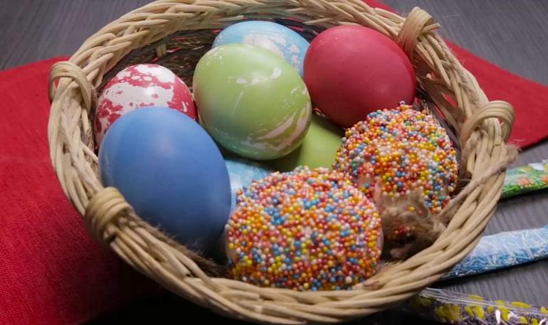 Красим яйца к Пасхе: три самых простых способа