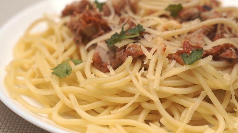 Быстрый питательный ужин для всей семьи: макароны с тунцом и томатами