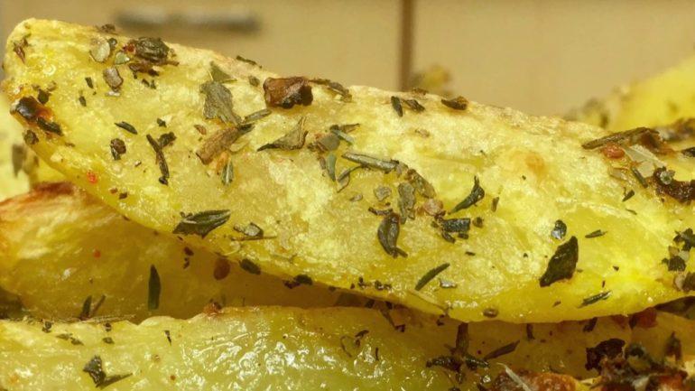 Самый быстрый и вкусный картофель в духовке