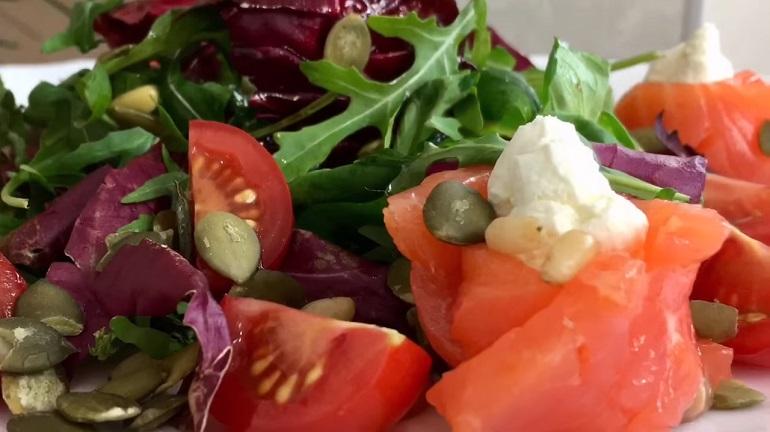 Обалденный салат «Женская радость»: море пользы и вкуса