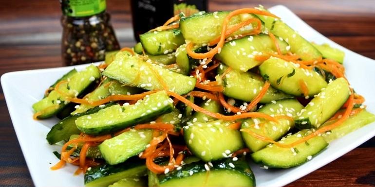 Запеченная картошка с хрустящими огурцами по-корейски: быстро и очень вкусно