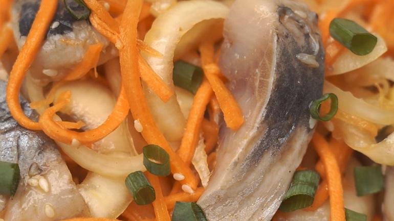 Обалденно вкусное блюдо два в одном: салат и закуска из селедки по-корейски