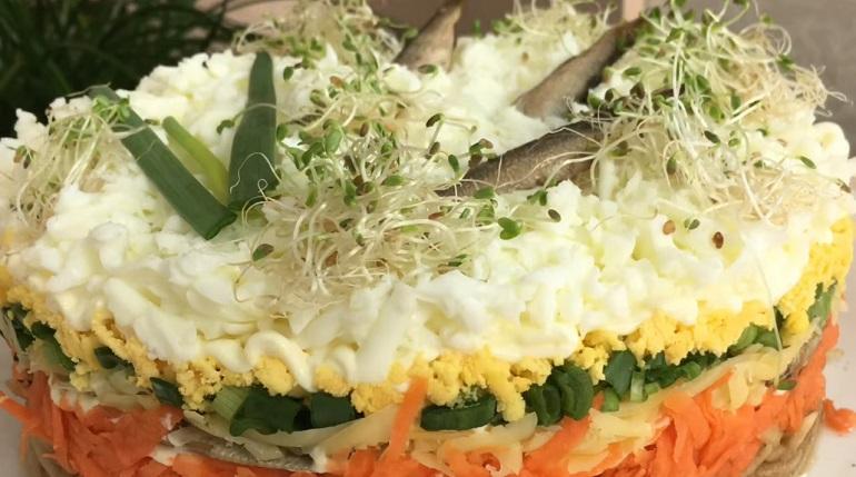 Слоеный салат «Ловись рыбка»: украсит любой праздничный стол