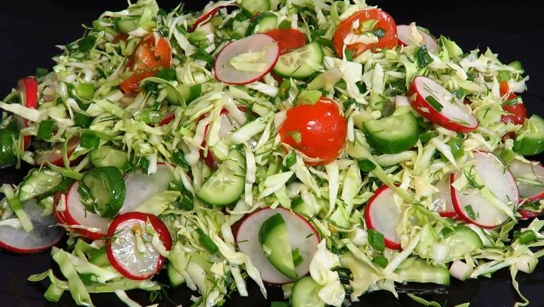 Витаминный салат с молодой капустой: без майонеза, с легкой заправкой