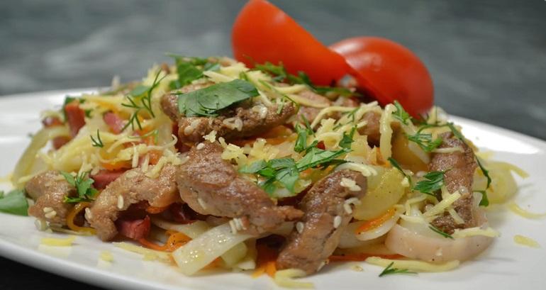 Невероятно вкусный теплый салат со свининой, овощами и лапшой