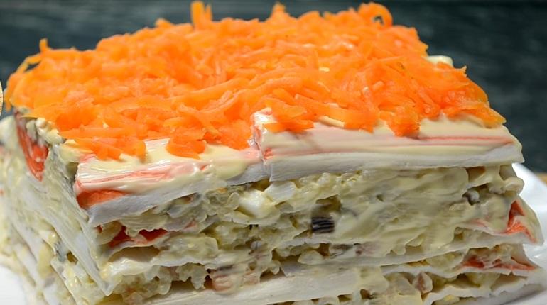 Закусочный салат-торт с крабовыми палочками: шикарное блюдо
