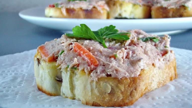 Замечательные бутерброды с тунцом: простой рецепт вкусной закуски
