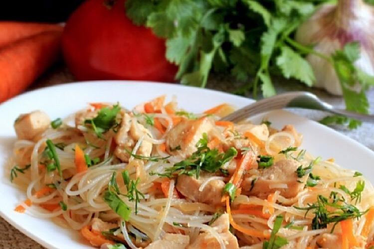 Мега аппетитное блюдо: рисовая лапша с курицей