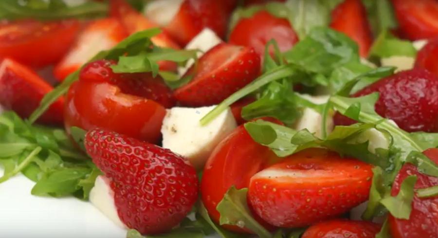 Такого салат вы еще не пробовали. Потрясающе нежный салат с рукколой и клубникой